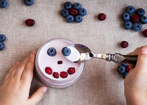 Sữa chua với quả mọng để kiểm soát lượng đường trong máu
