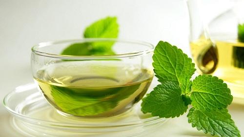 Uống trà bạc hà có tác dụng làm giảm buồn nôn