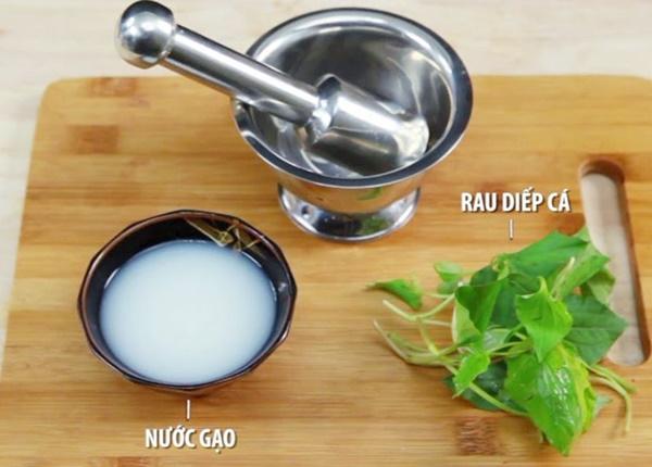 Sử dụng bài thuốc từ nước vo gạo và rau diếp cá