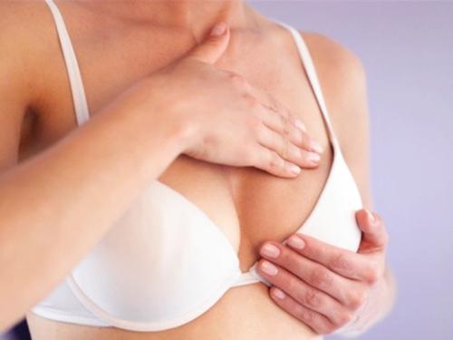 Thực hiện mát – xa ngực hàng ngày
