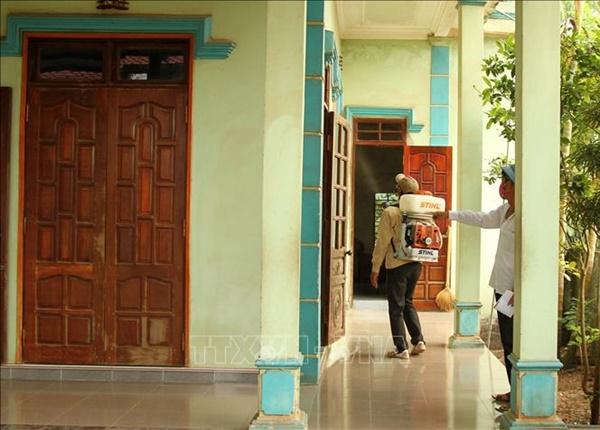 Cán bộ Trung tâm y tế huyện Quảng Ninh (Quảng Bình) phun hóa chất diệt muỗi tại xã Võ Ninh. Ảnh: Văn Tý/TTXVN